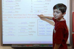 Английский язык. Мальчик отвечает у интерактивной доски